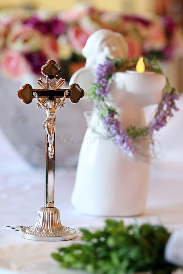 Kruis om de benedictie vóór huwelijksceremonie te geven royalty-vrije stock fotografie