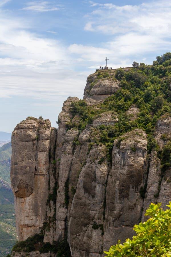 Kruis op berg van monastry van Montserrat wordt gezien die stock foto