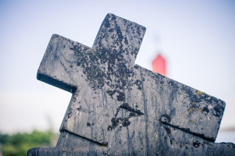 Kruis op een grafzerk stock afbeelding