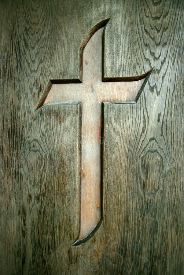 Kruis op houten deur stock fotografie