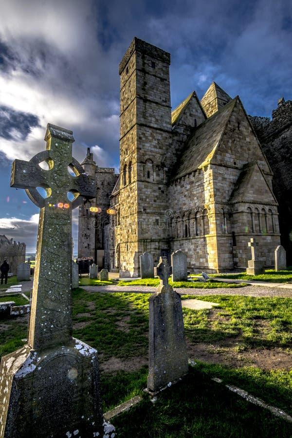 Kruis op Rots van Cashel met bewolkte achtergrond in Ierland royalty-vrije stock foto