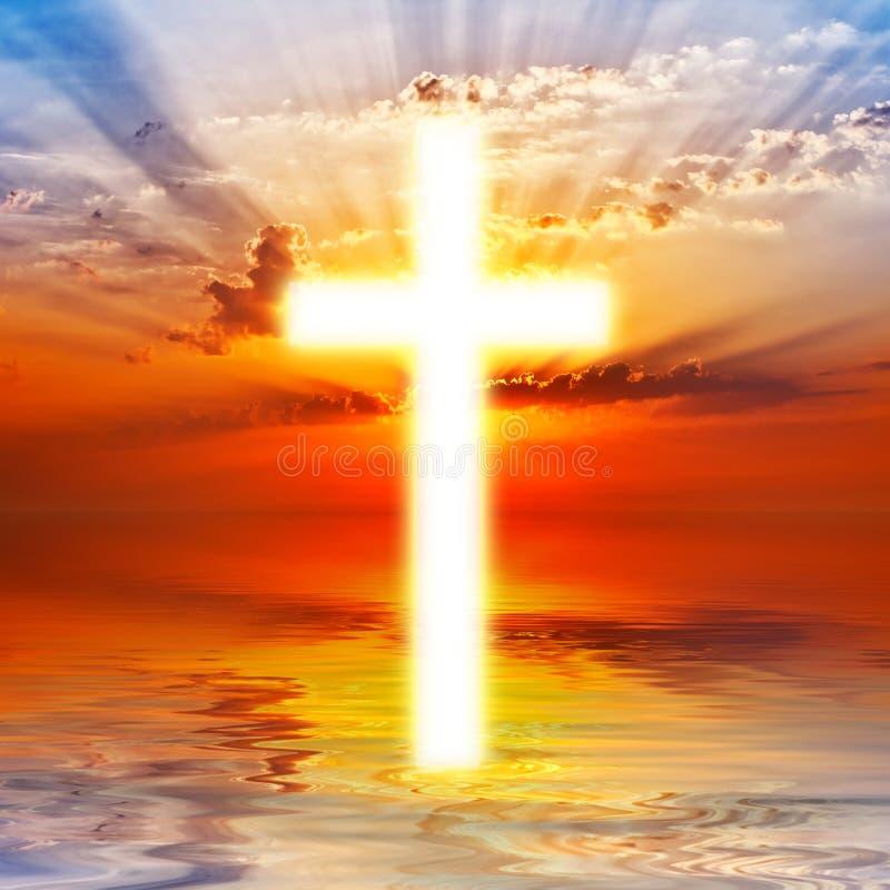 Kruis op zonsopganghemel stock fotografie