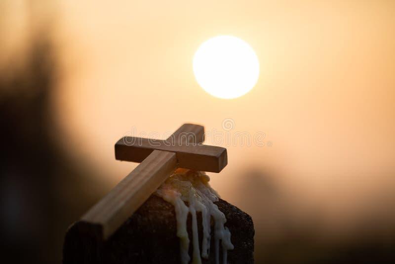 Kruis van Christus Jesus in de zonsopgang kleurde hemelachtergrond, Verering, Godsdienstig concept , Zegent de Avondmaaltherapie  royalty-vrije stock afbeelding