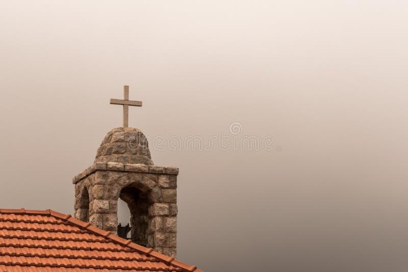 Kruis van een omhoog hoge kerk royalty-vrije illustratie