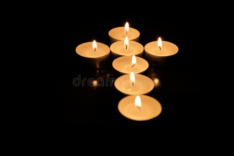 Kruis van kaarsen, op zwarte achtergrond wordt gemaakt die royalty-vrije stock foto