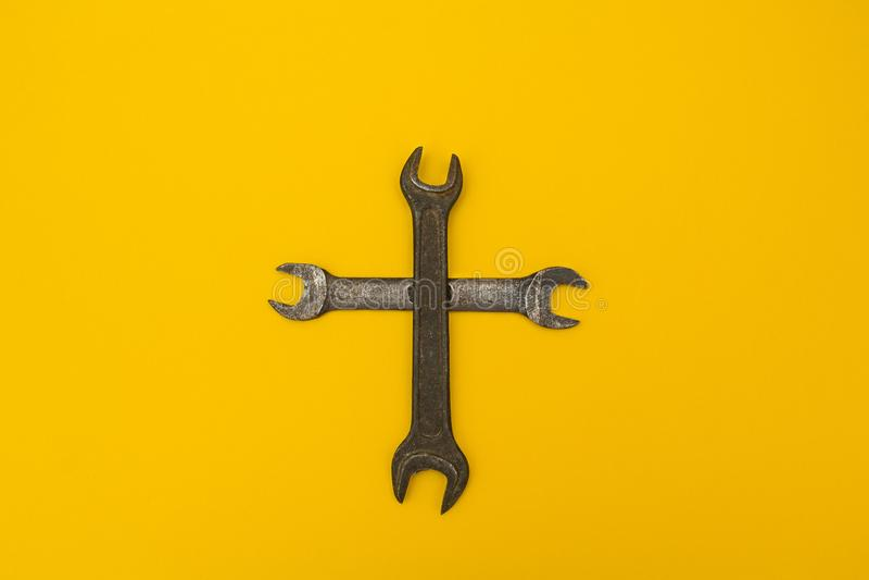 Kruis van roestige sleutels op een gele achtergrond royalty-vrije stock afbeelding