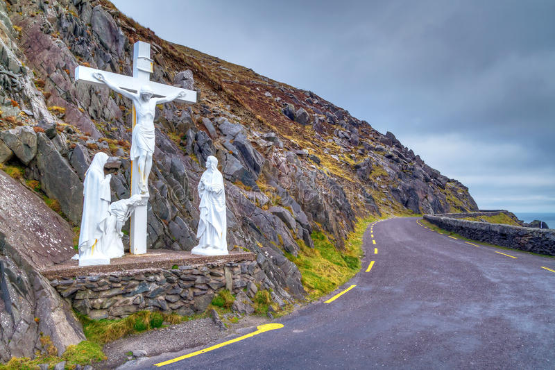Kruisbeeld bij de weg op Dingle schiereiland stock foto's