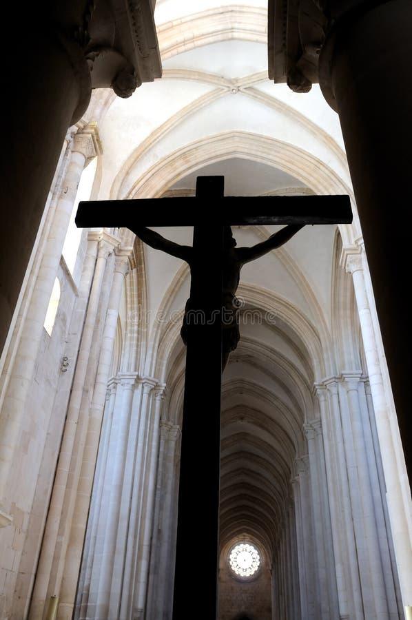 Kruisbeeld in een Katholieke Kerk stock foto
