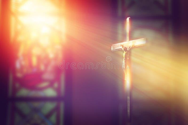 Kruisbeeld, Jesus op het kruis in kerk met straal van licht stock afbeelding