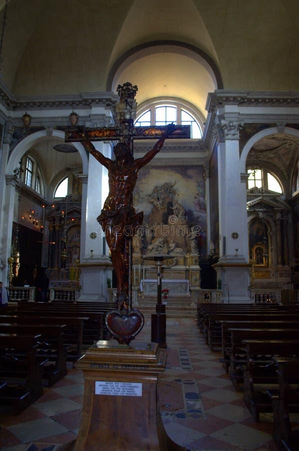 Kruisbeeld in Katholieke kerk Venetië stock afbeeldingen