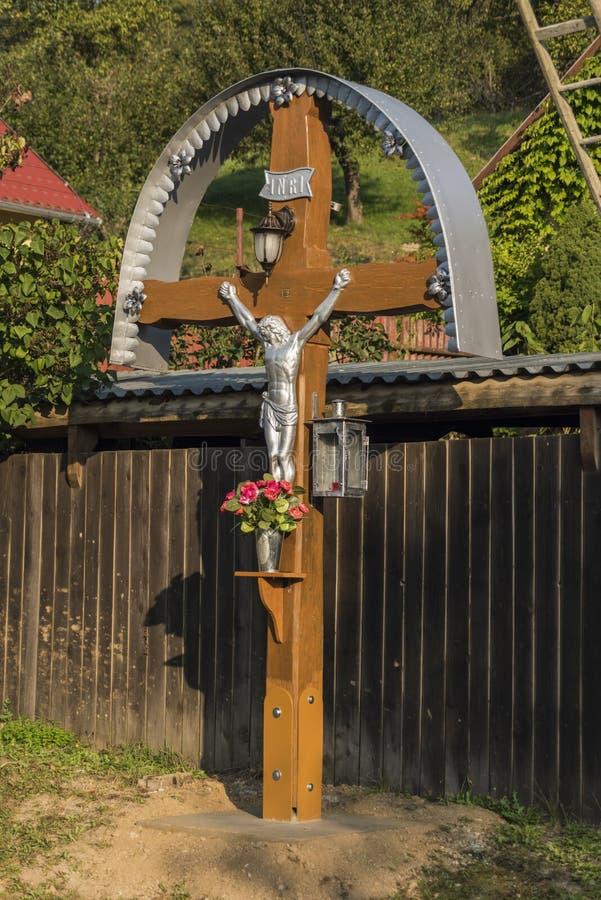 Kruisbeeld in zonnige ochtend in Medzev-dorp royalty-vrije stock foto's