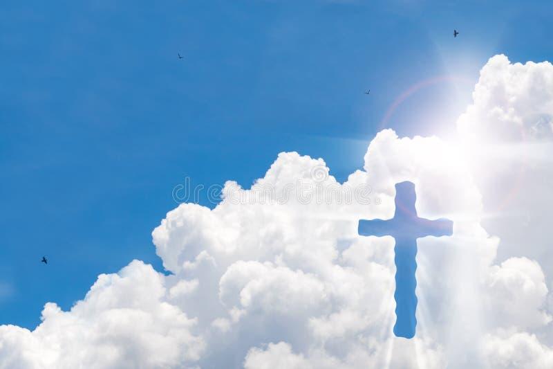 Kruisbeeldkruis op mooie hemel met zonnestraal Heilig kruis van Jesus-Christus op wolkenachtergrond stock foto