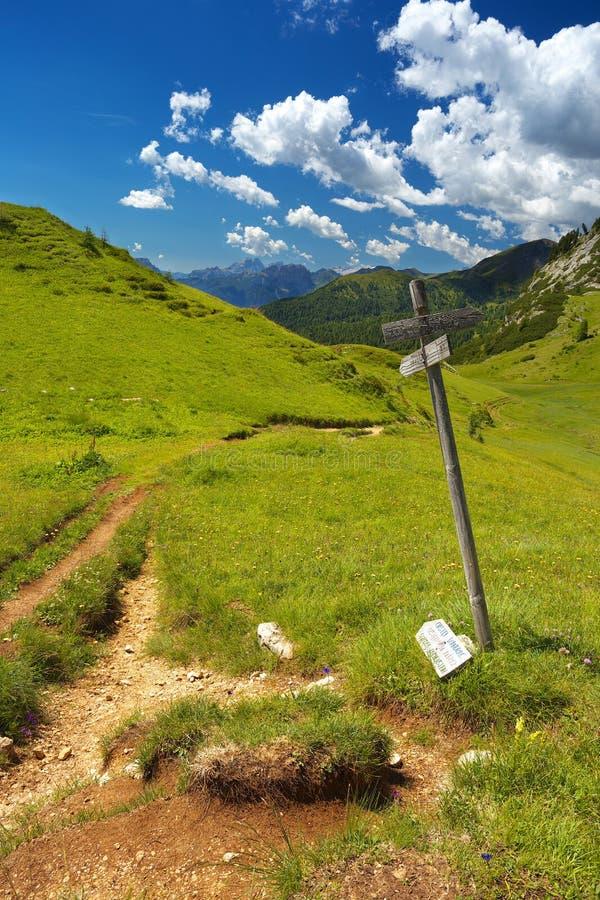 Kruispunt met een wegwijzer in Dolomiet, Italië stock fotografie