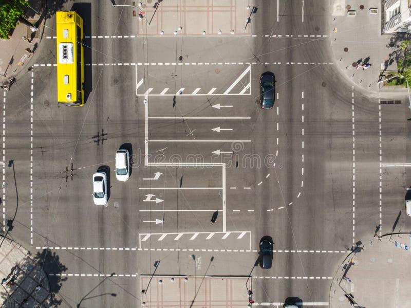 Kruispunt met wegnoteringen en auto's en bus door hommel royalty-vrije stock foto's