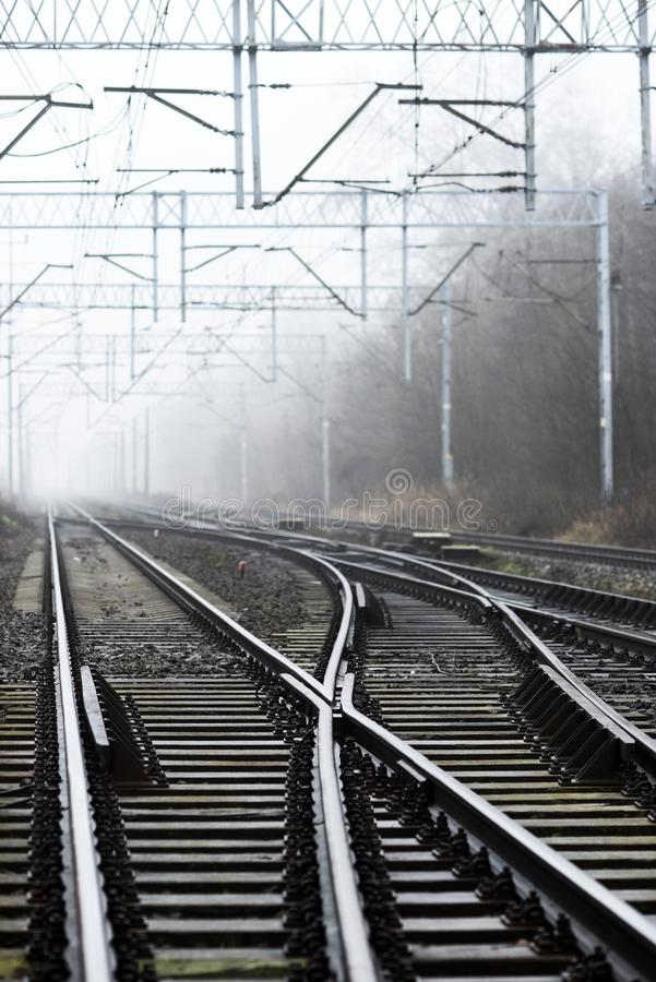 Kruispunten van spoorwegsporen in de mist royalty-vrije stock afbeelding