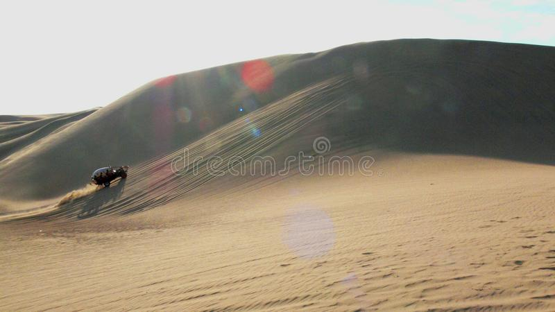Kruispuntvoertuig in de woestijn stock foto's