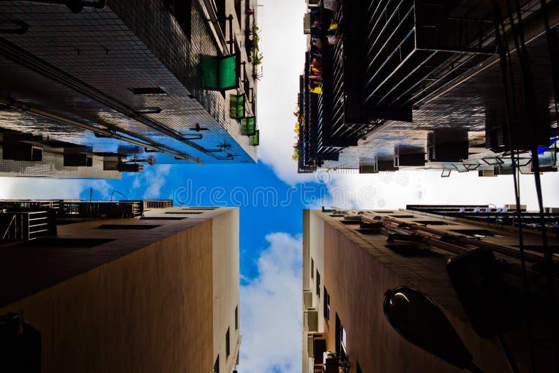 Kruisvormig dakraam door de daken, eenzaamheid in de stadssamenvatting, alleen royalty-vrije stock foto's