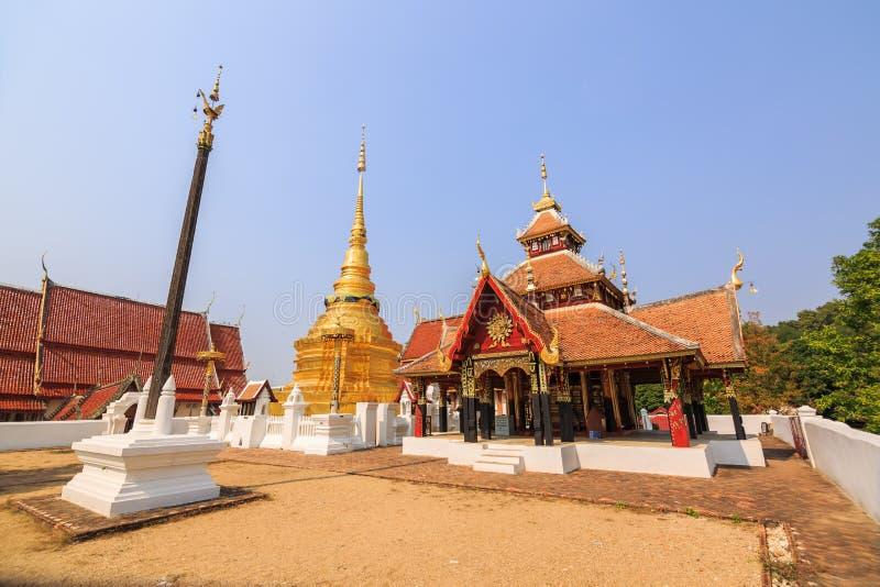 Kruisvormig gevormd paviljoen en gouden Boeddhistische pagode royalty-vrije stock foto's
