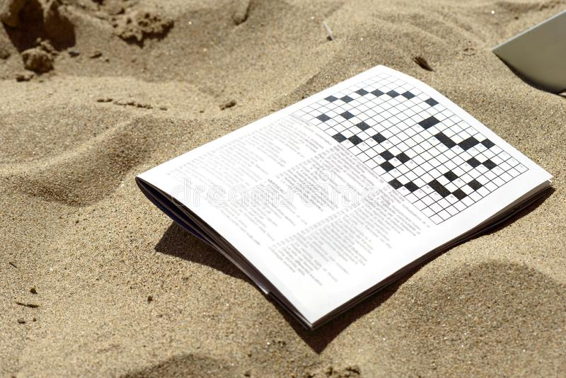 Kruiswoorden op het zand royalty-vrije stock afbeeldingen