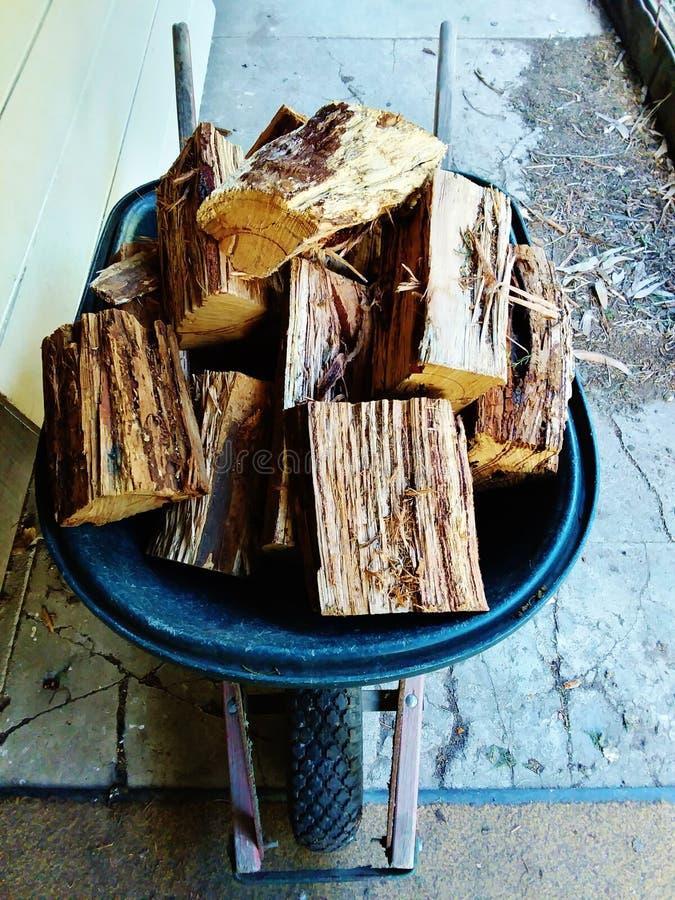 Kruiwagenhoogtepunt van brandhout stock foto
