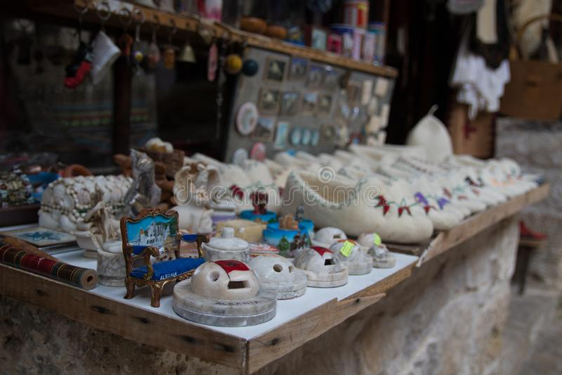 KRUJE ALBANIA, Czerwiec, - 2018: Tradycyjny otomanu rynek w Kruja, narodziny bohater narodowy Skanderbeg miasteczko Pchli targ we fotografia royalty free