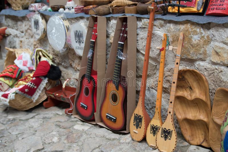 KRUJE, ALBANIEN - Juni 2018: Traditioneller Osmanemarkt in Kruja Flohmarkt in Albanien Antikes dutar - der Staatsangehörige stockfotografie