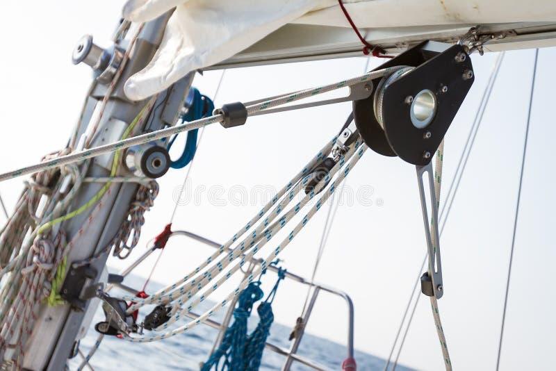 Kruk met kabel op jachtdek stock afbeeldingen