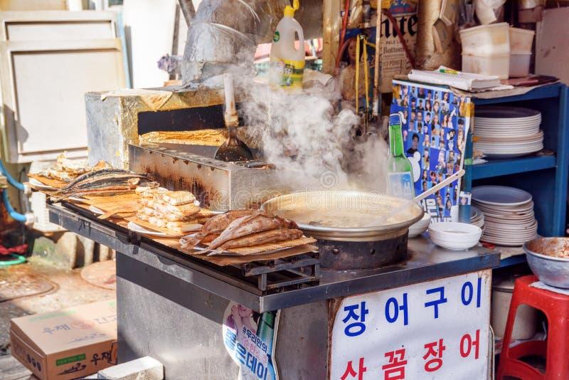 Kruka av traditionell koreansk soppa som ångar på gatakafét Busan royaltyfri fotografi