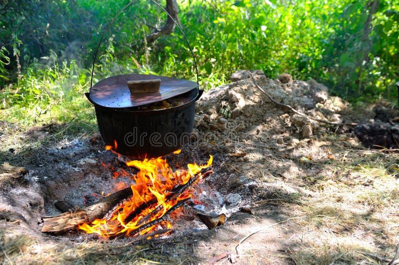 Kruka med utomhus- varm mat arkivfoton