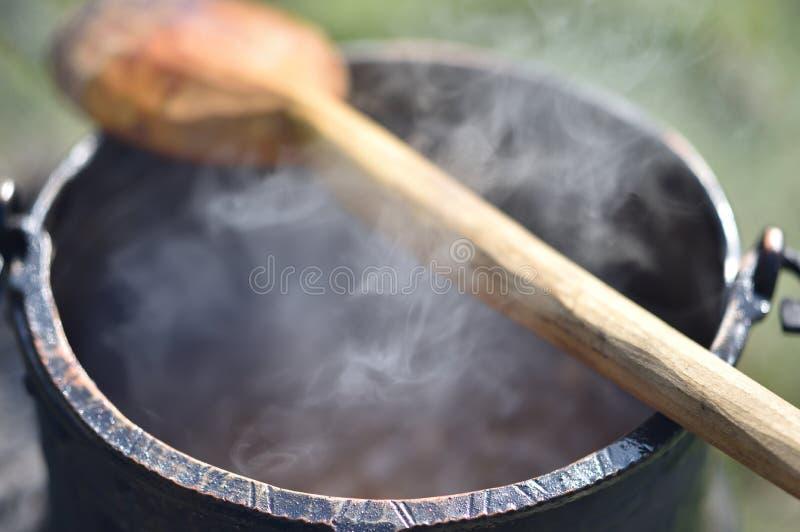 Kruka med utomhus- varm mat arkivbild