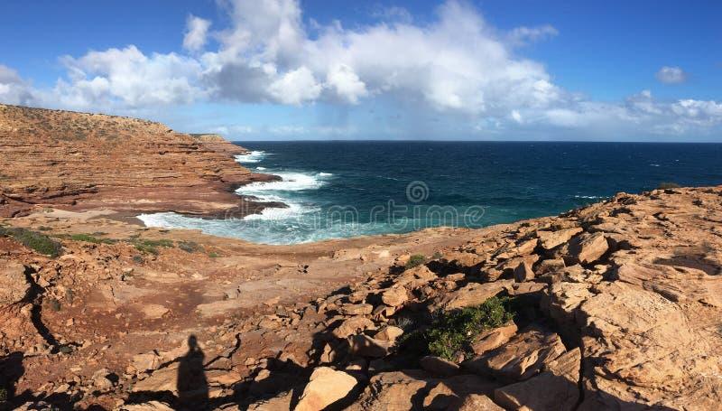 Krukagränd i den Kalbarri nationalparken i västra Australien med den härliga steniga kusten arkivfoto