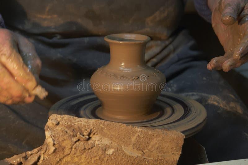 krukmakeri Händer av en keramiker som gör en tillbringare av lera hantverk royaltyfri fotografi