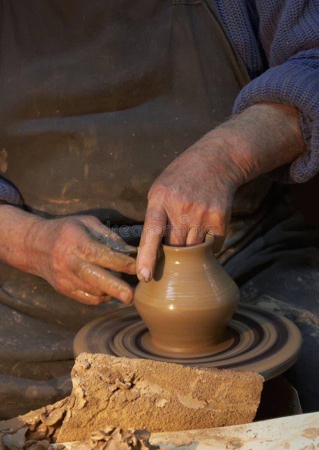 krukmakeri Händer av en keramiker som gör en tillbringare av lera hantverk royaltyfri foto