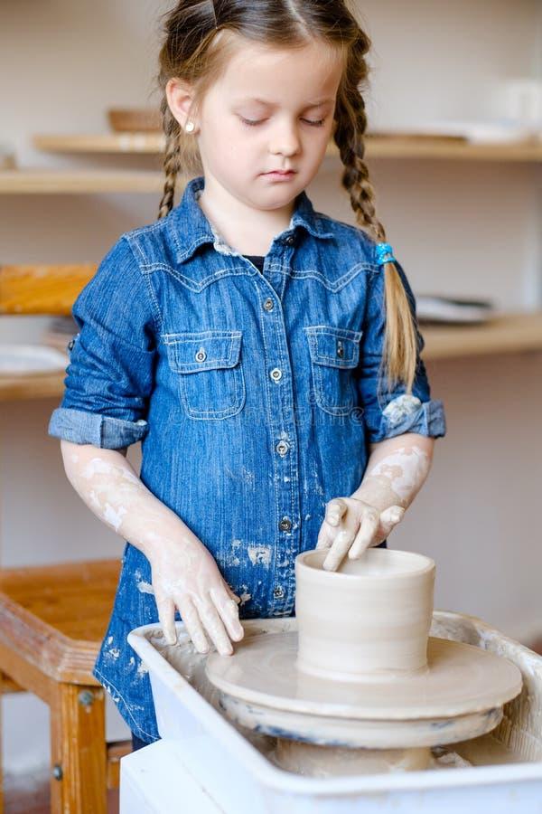 Krukmakeri handcraft hjulet för lera för hobbyflickaform royaltyfria bilder
