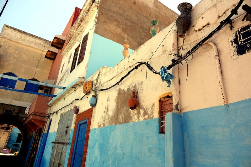 Krukor som hänger på väggar i Marocko, Afrika arkivbild