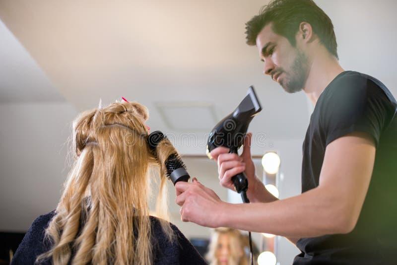 Krullend blondenhaar bij salon royalty-vrije stock foto
