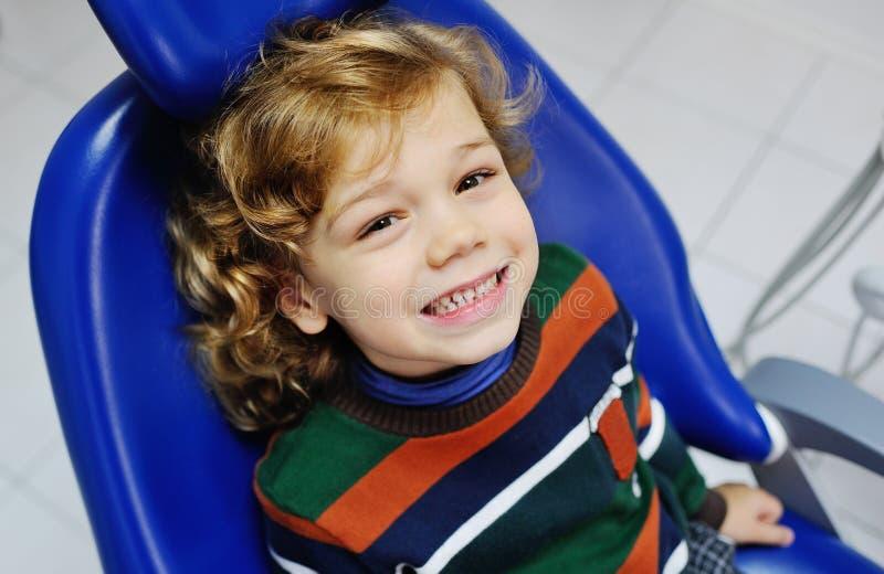 Krullend-haired babyjongen als tandvoorzitter royalty-vrije stock fotografie