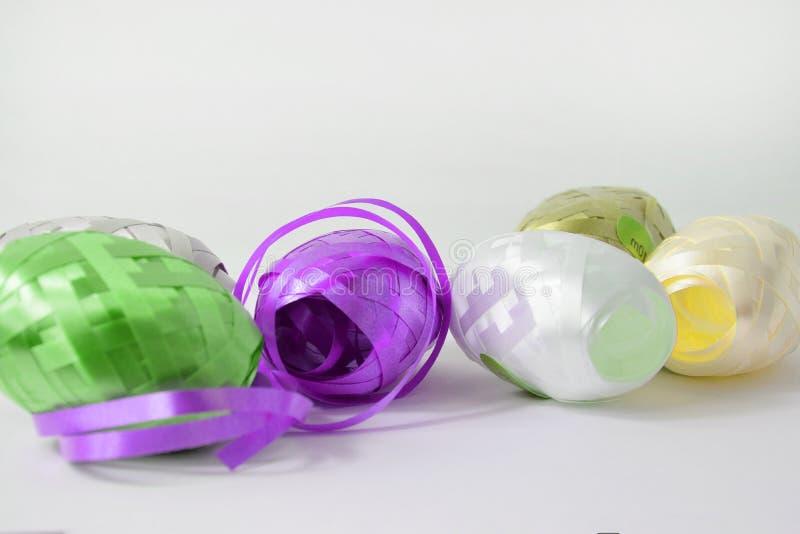 Krullend Lint - Kleurrijke gift verpakkende band op witte achtergrond royalty-vrije stock foto's