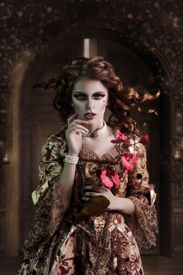 Krullend meisje in een middeleeuwse manierstijl royalty-vrije stock foto