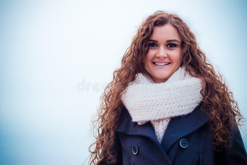 Krullend vrolijk meisje royalty-vrije stock foto