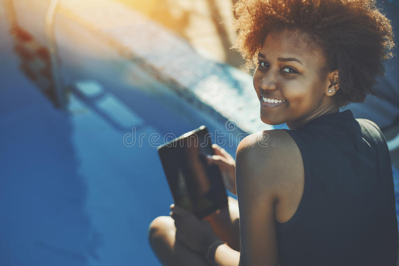 Krullend zwart meisjes dichtbij zwembad royalty-vrije stock foto
