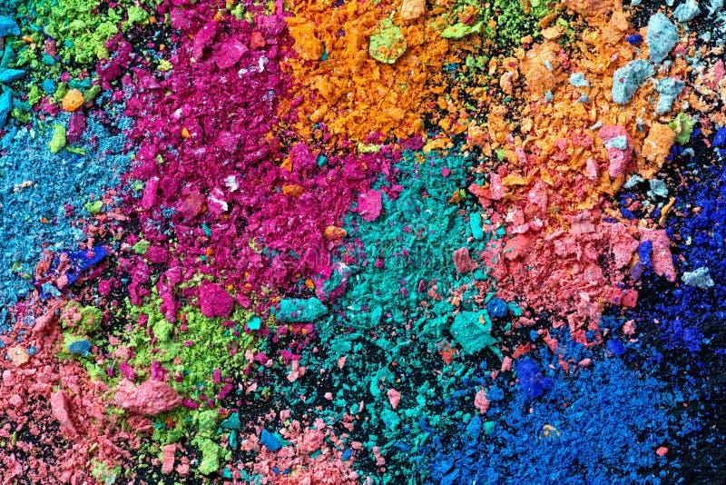 Krumen der mehrfarbigen Kreide auf einem schwarzen Hintergrund Freude, Karneval Panorama Ein Spiel für Kinder Kunst stockbild