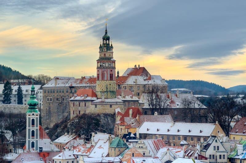 Krumlov de Cesky à l'hiver, jour avant Noël photos libres de droits