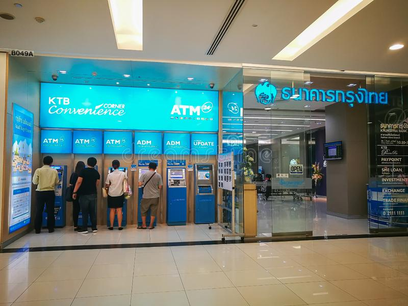 Krung Thai or Krungthai Bank Public被限制的Company,显示有顾客的图象前面ATM机器 库存图片
