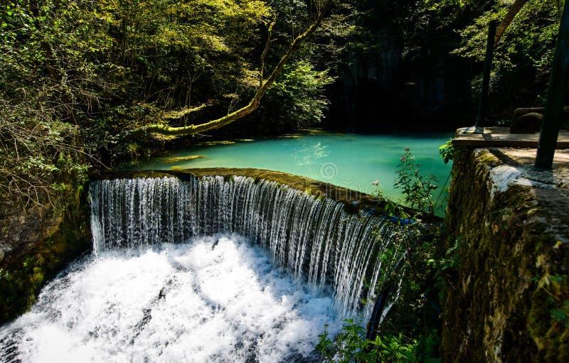 Krupaj vrelo ett naturligt vatten väl i Serbien arkivfoto