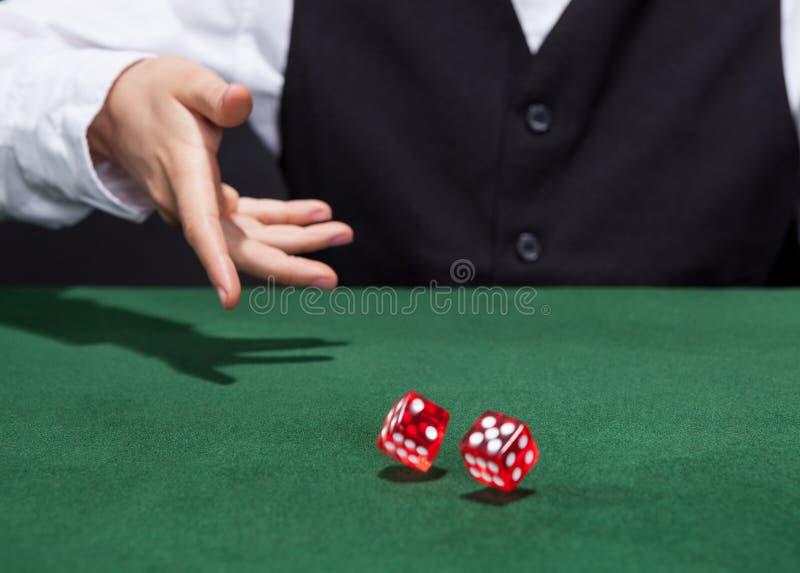 Krupier rzuca parę kostka do gry obrazy stock