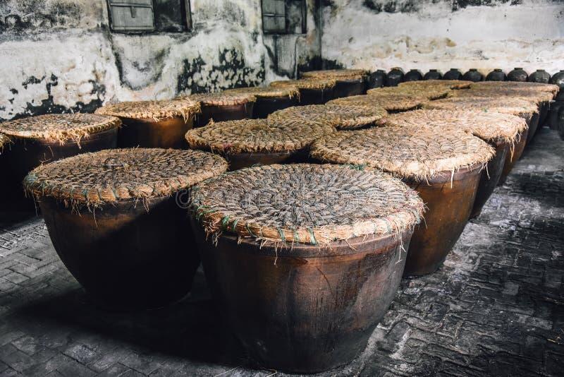 Krus använder för jäst vit starksprit eller riswhisky i fabrik i Kina royaltyfri bild