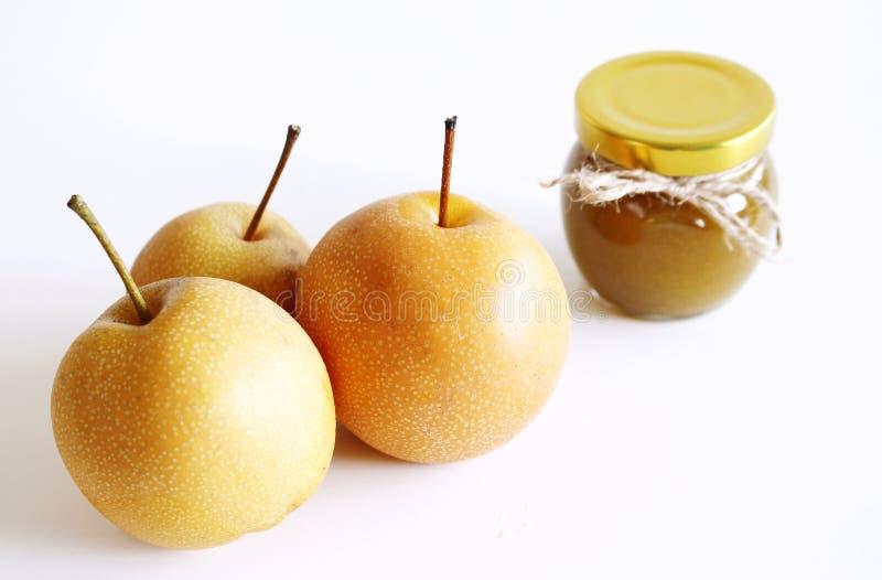 Krus av nashidriftstopp på vit träbakgrund l?cker frukt Suddig bakgrund, mat och sunt begrepp royaltyfri bild