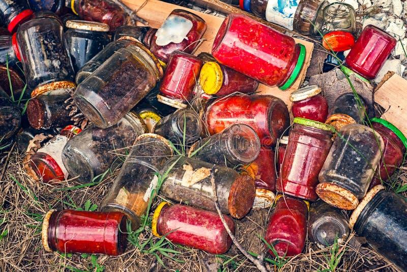 Krus av olika cans som förorenar naturen arkivfoton