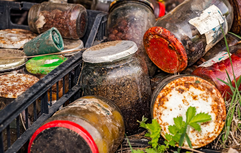 Krus av olika cans som förorenar naturen royaltyfri foto